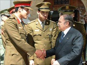 Khamis a étudié à l'Académie militaire de Frounzé à Moscou